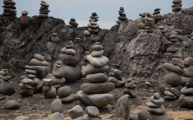 Nghệ thuật xếp đá thăng bằng: Phía sau trào lưu nghệ thuật tinh tế là hiểm họa to lớn không ai ngờ, càng không dễ dàng nhìn thấy ngay - Ảnh 2.