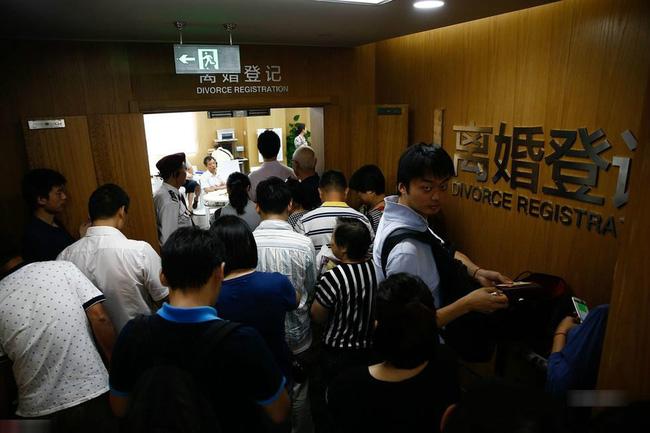 Cặp đôi Trung Quốc thi nhau ly hôn giả để… mua nhà, chính phủ phải ban hành chính sách nhà đất mới để dẹp loạn - Ảnh 2.