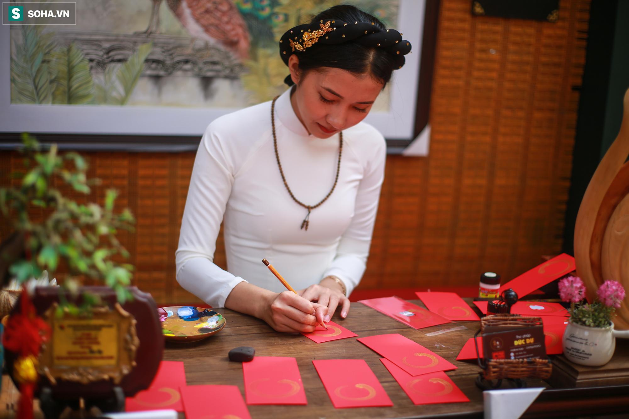 [Ảnh] Thiếu nữ Sài Gòn xinh đẹp xúng xính áo dài check-in sống ảo ở con đường hoa mai - Ảnh 3.