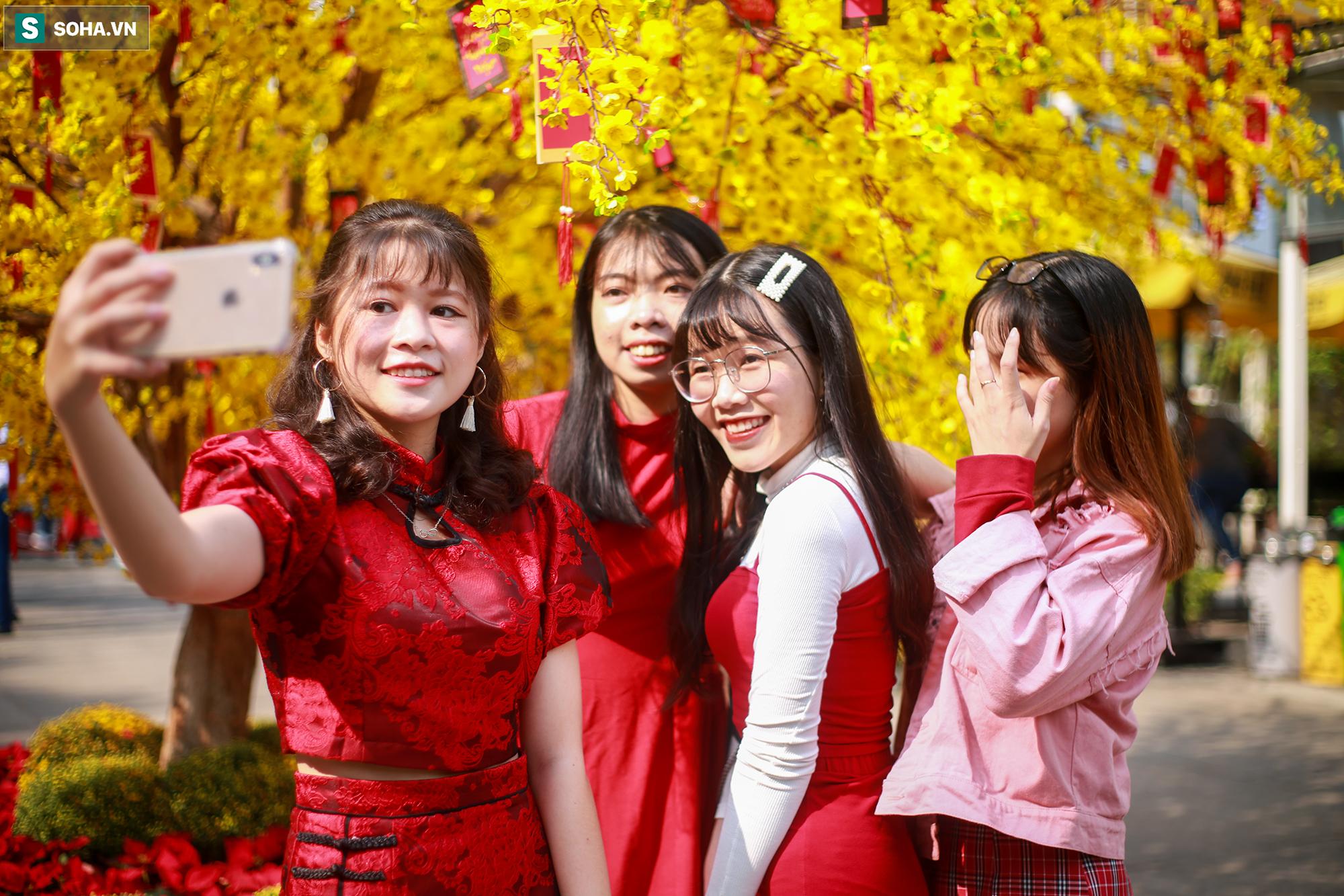 [Ảnh] Thiếu nữ Sài Gòn xinh đẹp xúng xính áo dài check-in sống ảo ở con đường hoa mai - Ảnh 4.