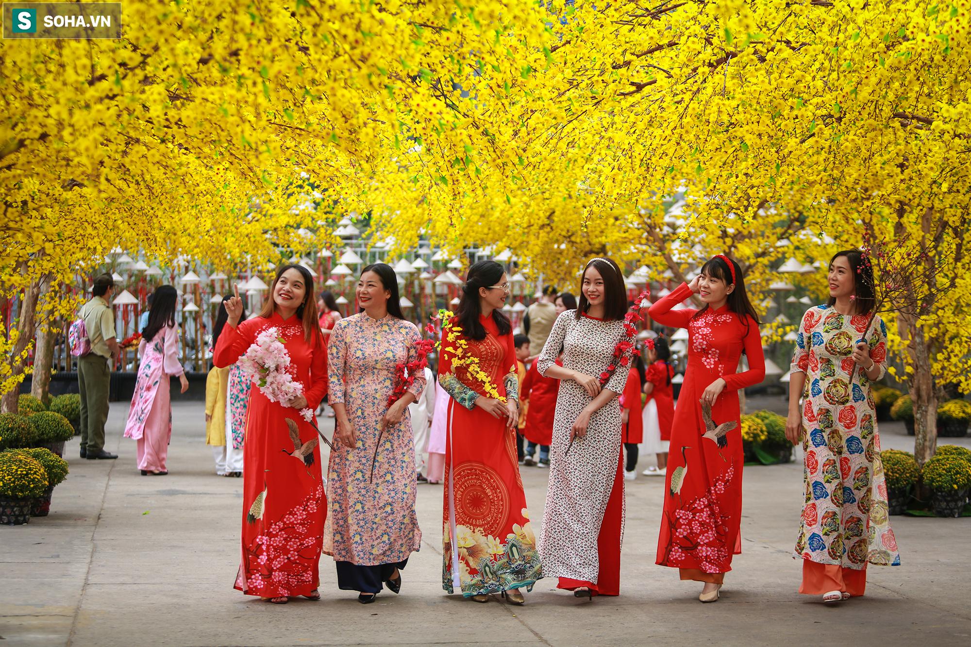 [Ảnh] Thiếu nữ Sài Gòn xinh đẹp xúng xính áo dài check-in sống ảo ở con đường hoa mai - Ảnh 7.
