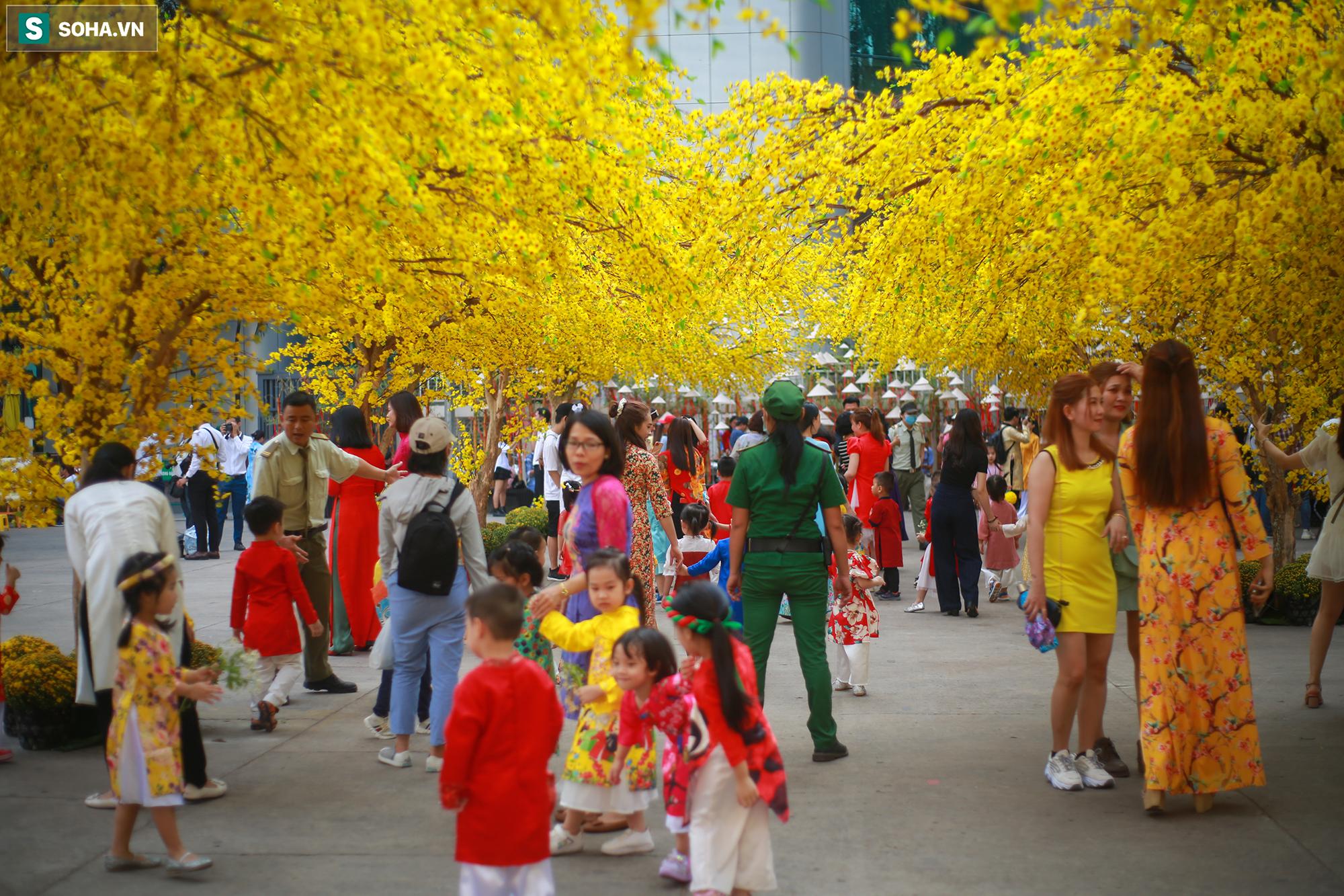 [Ảnh] Thiếu nữ Sài Gòn xinh đẹp xúng xính áo dài check-in sống ảo ở con đường hoa mai - Ảnh 8.