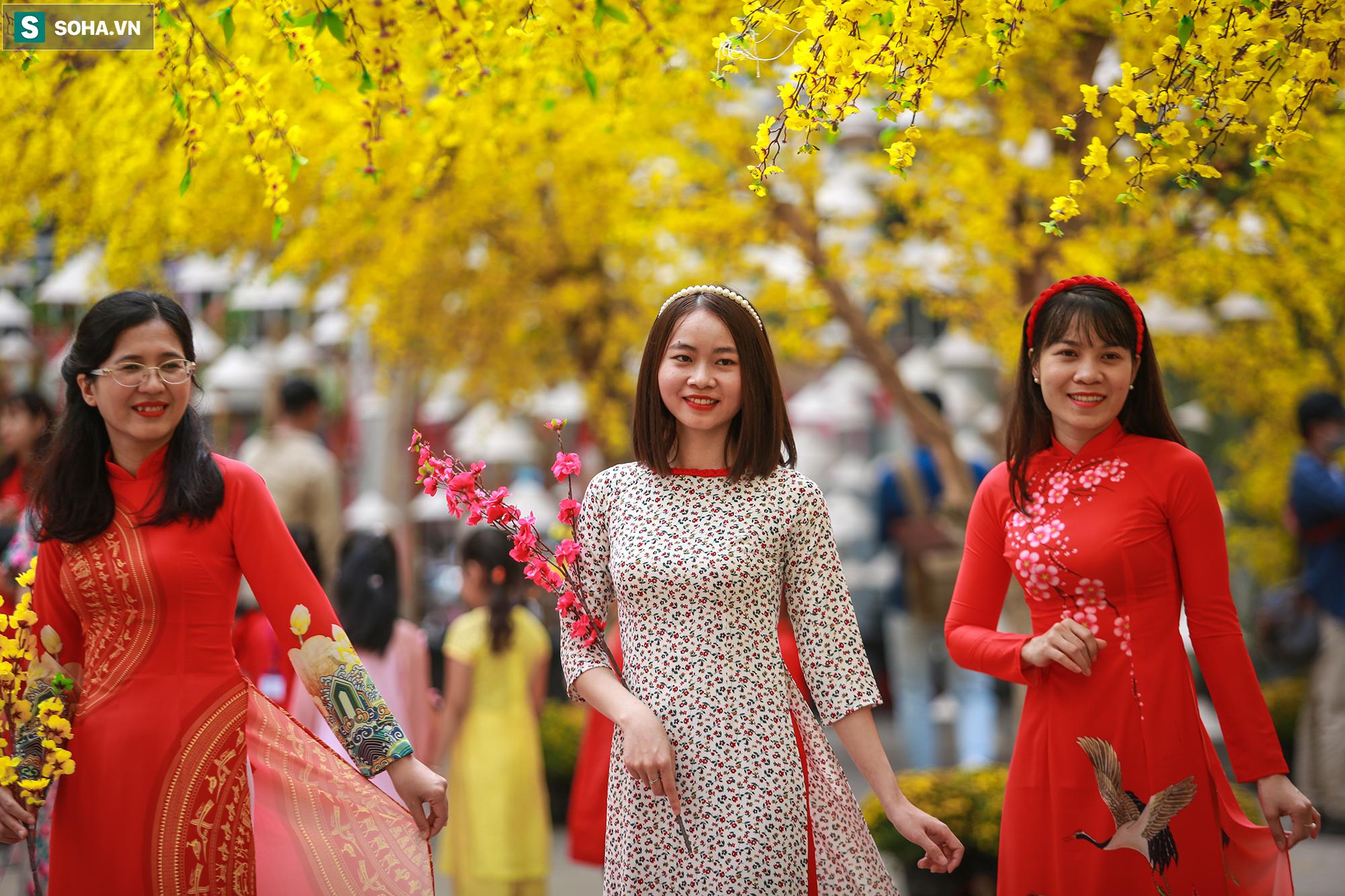 [Ảnh] Thiếu nữ Sài Gòn xinh đẹp xúng xính áo dài check-in sống ảo ở con đường hoa mai - Ảnh 14.