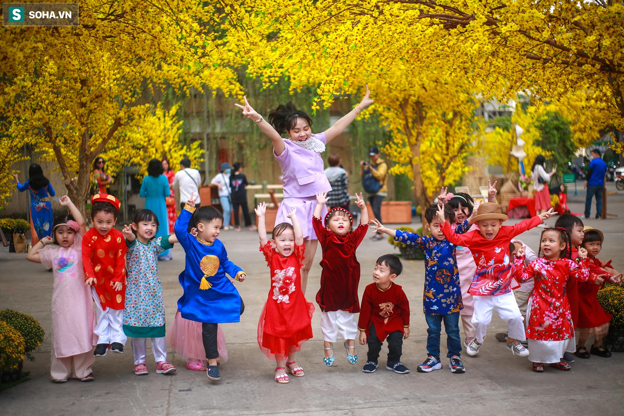 [Ảnh] Thiếu nữ Sài Gòn xinh đẹp xúng xính áo dài check-in sống ảo ở con đường hoa mai - Ảnh 17.