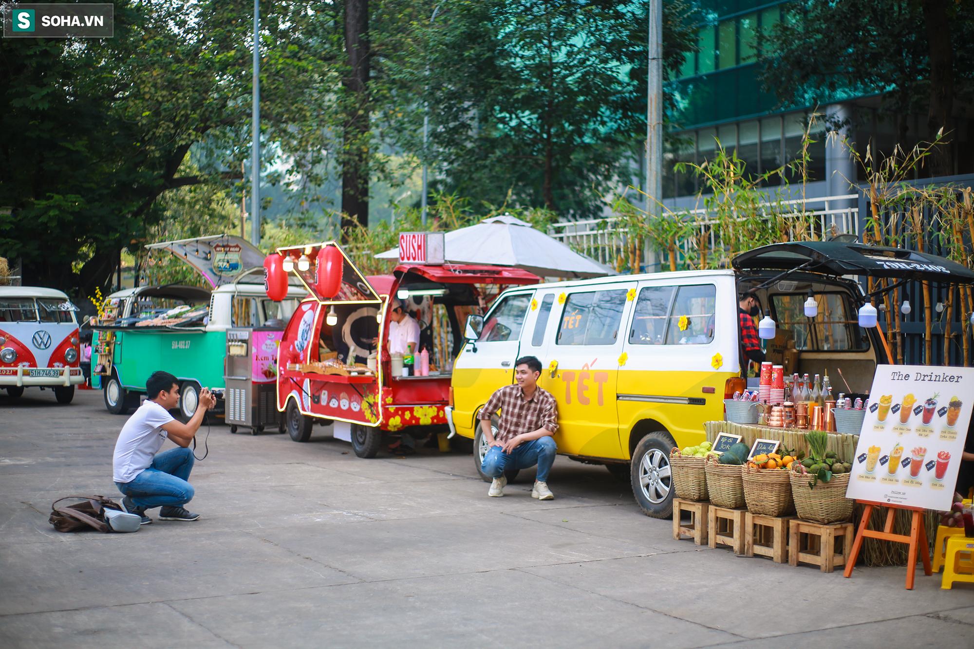 [Ảnh] Thiếu nữ Sài Gòn xinh đẹp xúng xính áo dài check-in sống ảo ở con đường hoa mai - Ảnh 12.