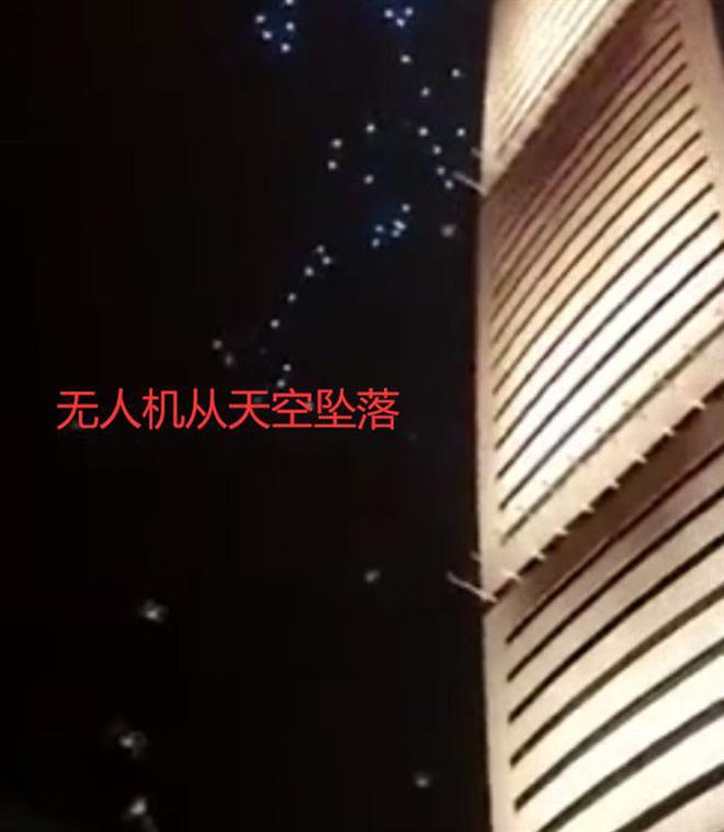 Cả trăm chiếc drone đâm vào tòa nhà khi đang biểu diễn, dân mạng lại nghi ngờ Made in China - Ảnh 1.