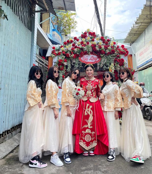 Lác mắt trước hội nhà gái theo hệ sneaker, toàn Air Jordan xịn sò trong đám cưới của cô dâu gốc Hoa - Ảnh 1.