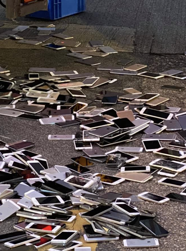 Xe tải tông nhau khiến hàng trăm chiếc iPhone nằm la liệt trên đường, rất may không có ai hôi của - Ảnh 1.