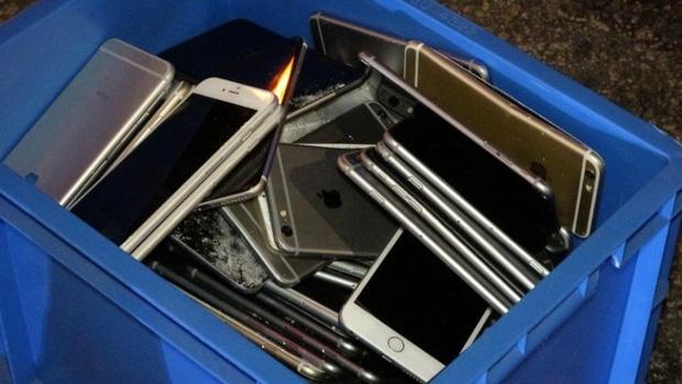 Xe tải tông nhau khiến hàng trăm chiếc iPhone nằm la liệt trên đường, rất may không có ai hôi của - Ảnh 2.
