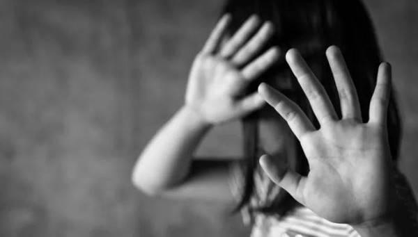 Bé gái kể cho mẹ chuyện bị bạn trai bà này cưỡng hiếp nhiều lần nhưng lại nhận về thái độ thờ ơ, để rồi phải mang thai và sinh con trong cay đắng - Ảnh 1.