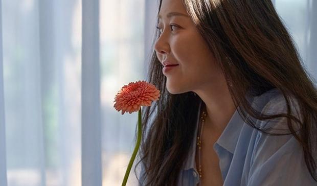 Đánh bật cả Hyun Bin - Son Ye Jin, nhan sắc U50 của Á hậu bị đế chế Samsung ruồng bỏ lên top 1 Naver - Ảnh 4.