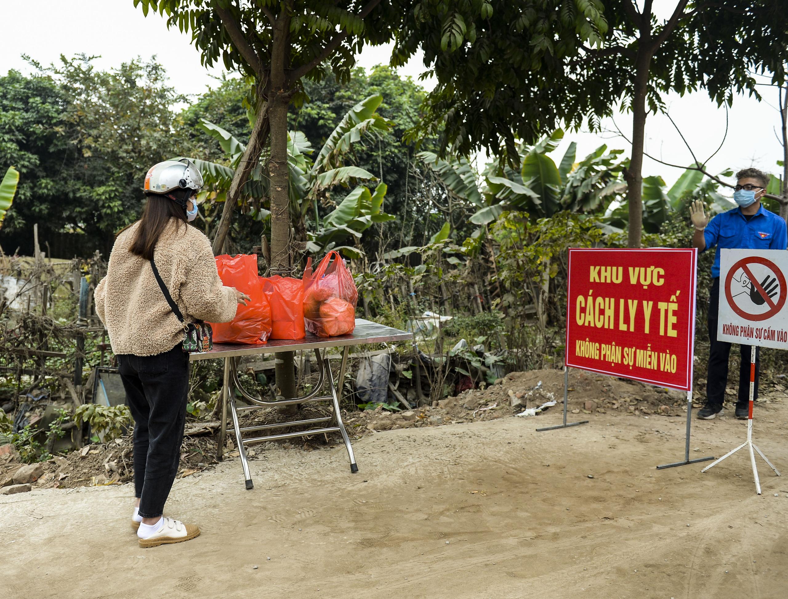 Hà Nội: Một gia đình dùng xe bán tải tiếp tế đồ cho người thân đang bị cách ly ở Đông Anh - Ảnh 9.