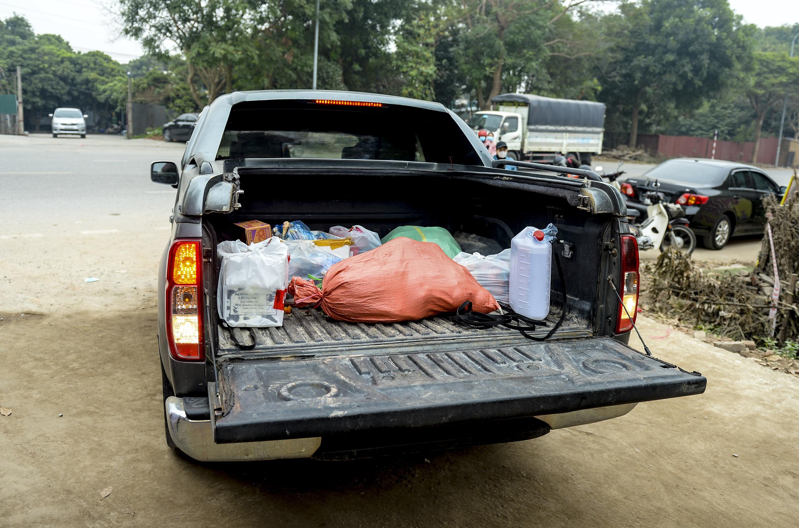 Hà Nội: Một gia đình dùng xe bán tải tiếp tế đồ cho người thân đang bị cách ly ở Đông Anh - Ảnh 10.