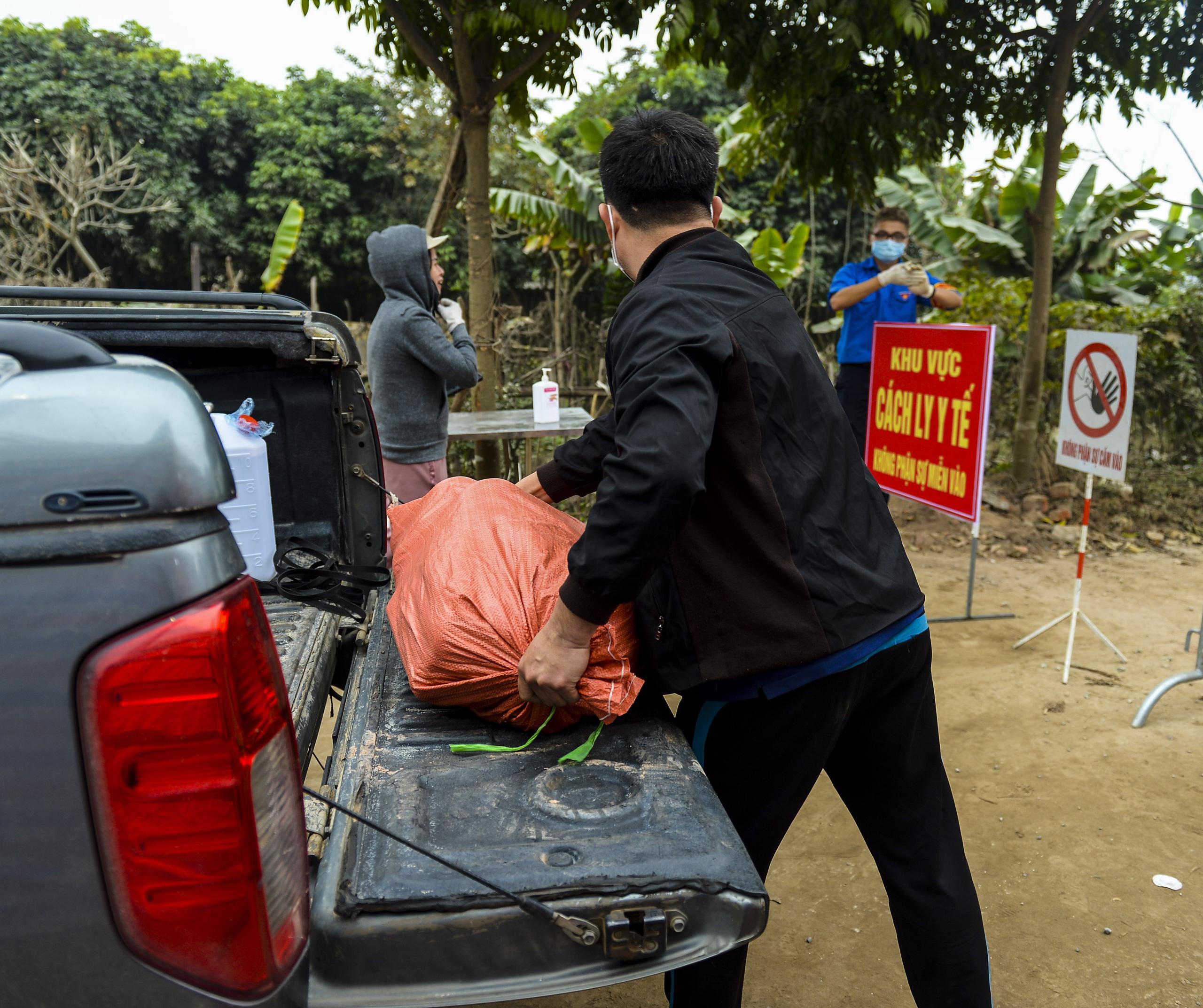Hà Nội: Một gia đình dùng xe bán tải tiếp tế đồ cho người thân đang bị cách ly ở Đông Anh - Ảnh 11.
