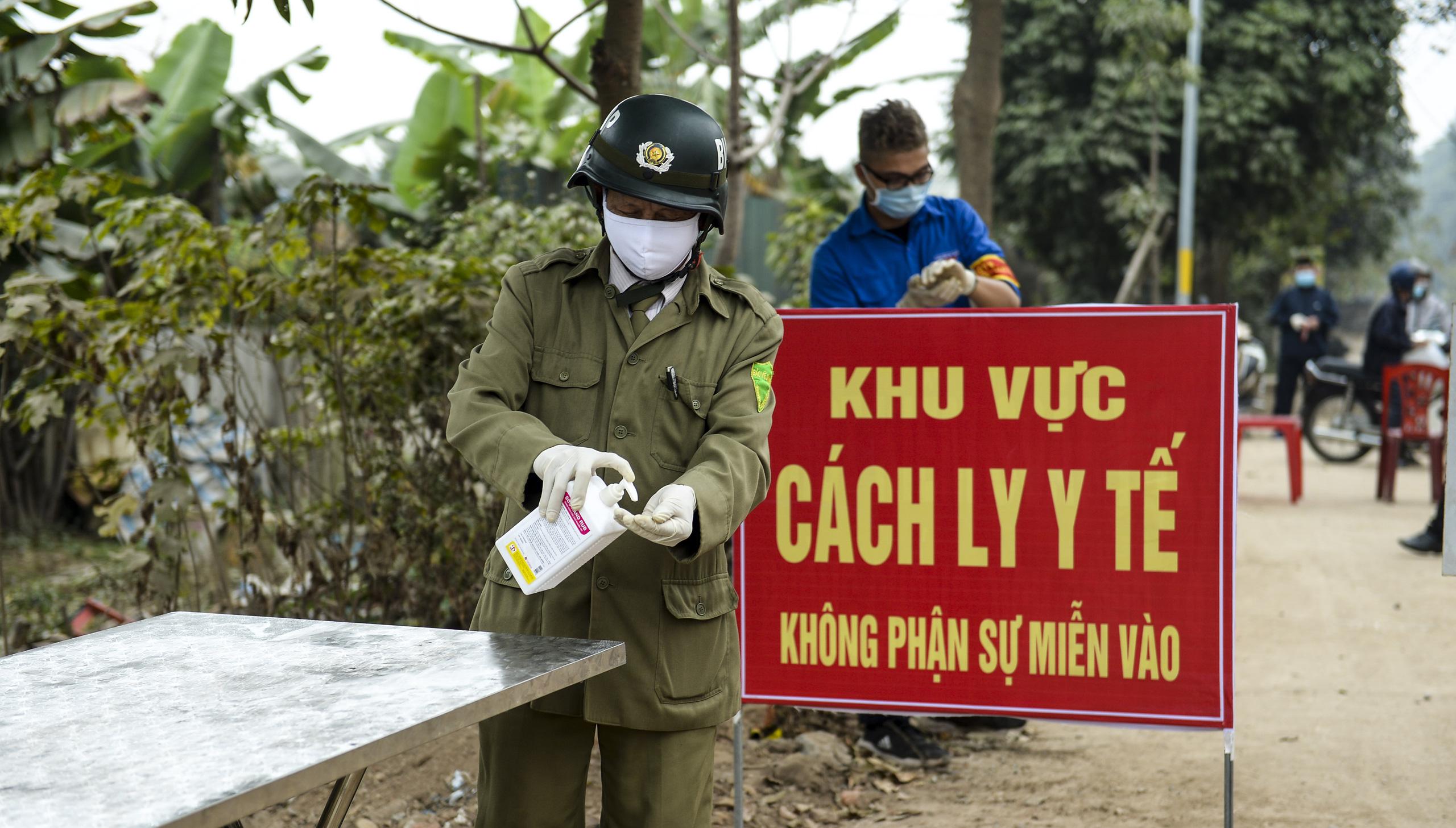 Hà Nội: Một gia đình dùng xe bán tải tiếp tế đồ cho người thân đang bị cách ly ở Đông Anh - Ảnh 13.
