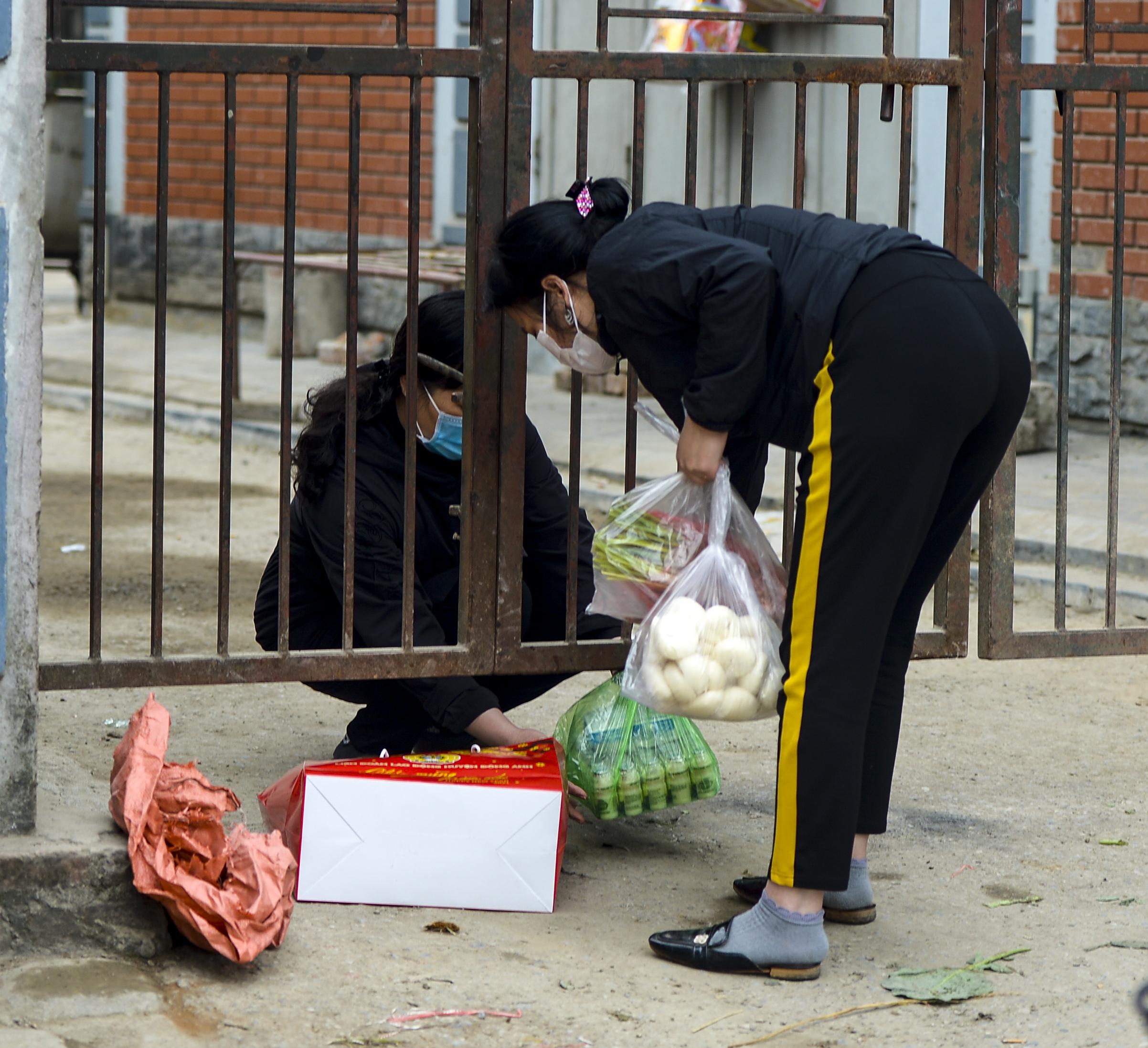 Hà Nội: Một gia đình dùng xe bán tải tiếp tế đồ cho người thân đang bị cách ly ở Đông Anh - Ảnh 3.