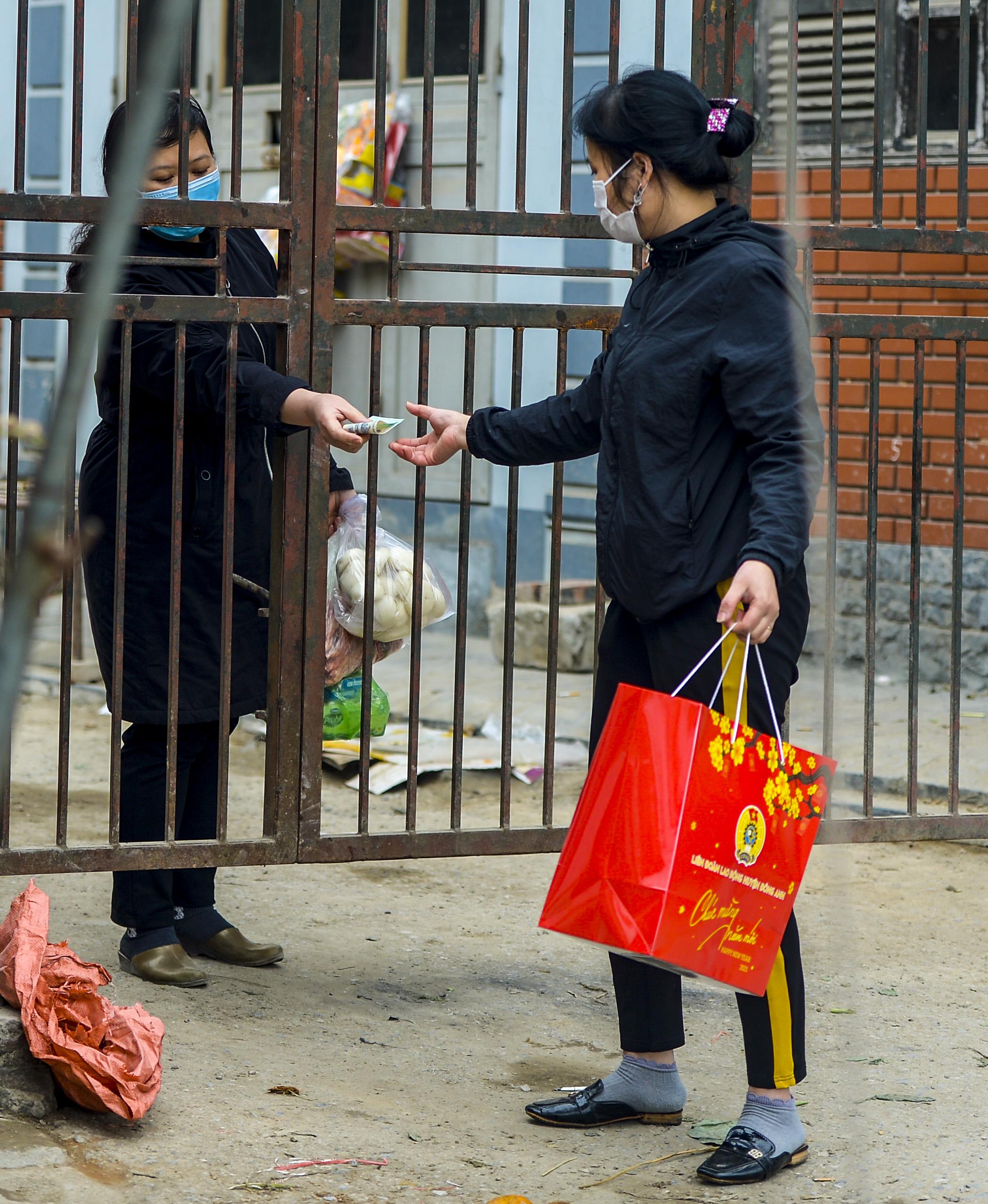 Hà Nội: Một gia đình dùng xe bán tải tiếp tế đồ cho người thân đang bị cách ly ở Đông Anh - Ảnh 4.