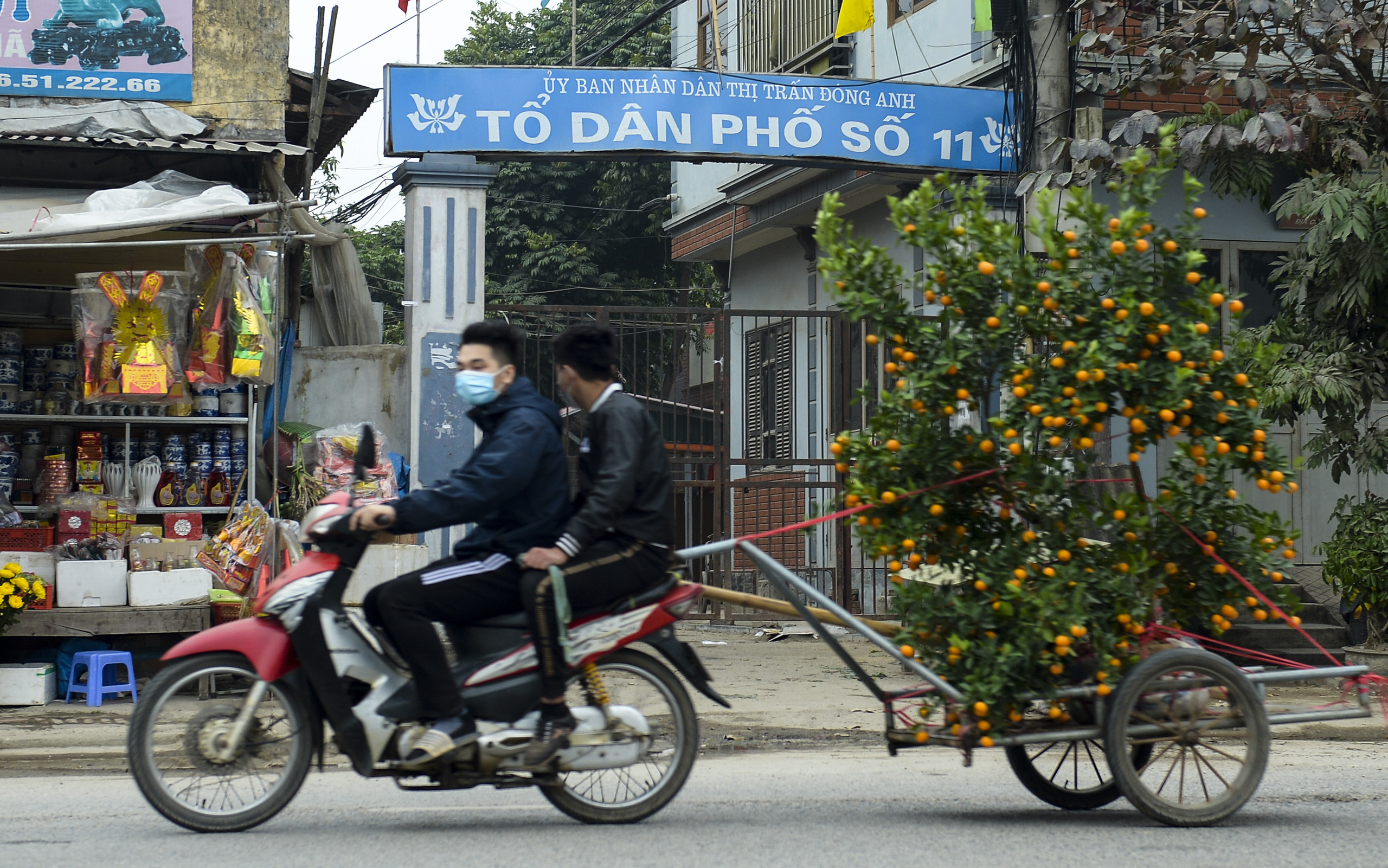Hà Nội: Một gia đình dùng xe bán tải tiếp tế đồ cho người thân đang bị cách ly ở Đông Anh - Ảnh 1.