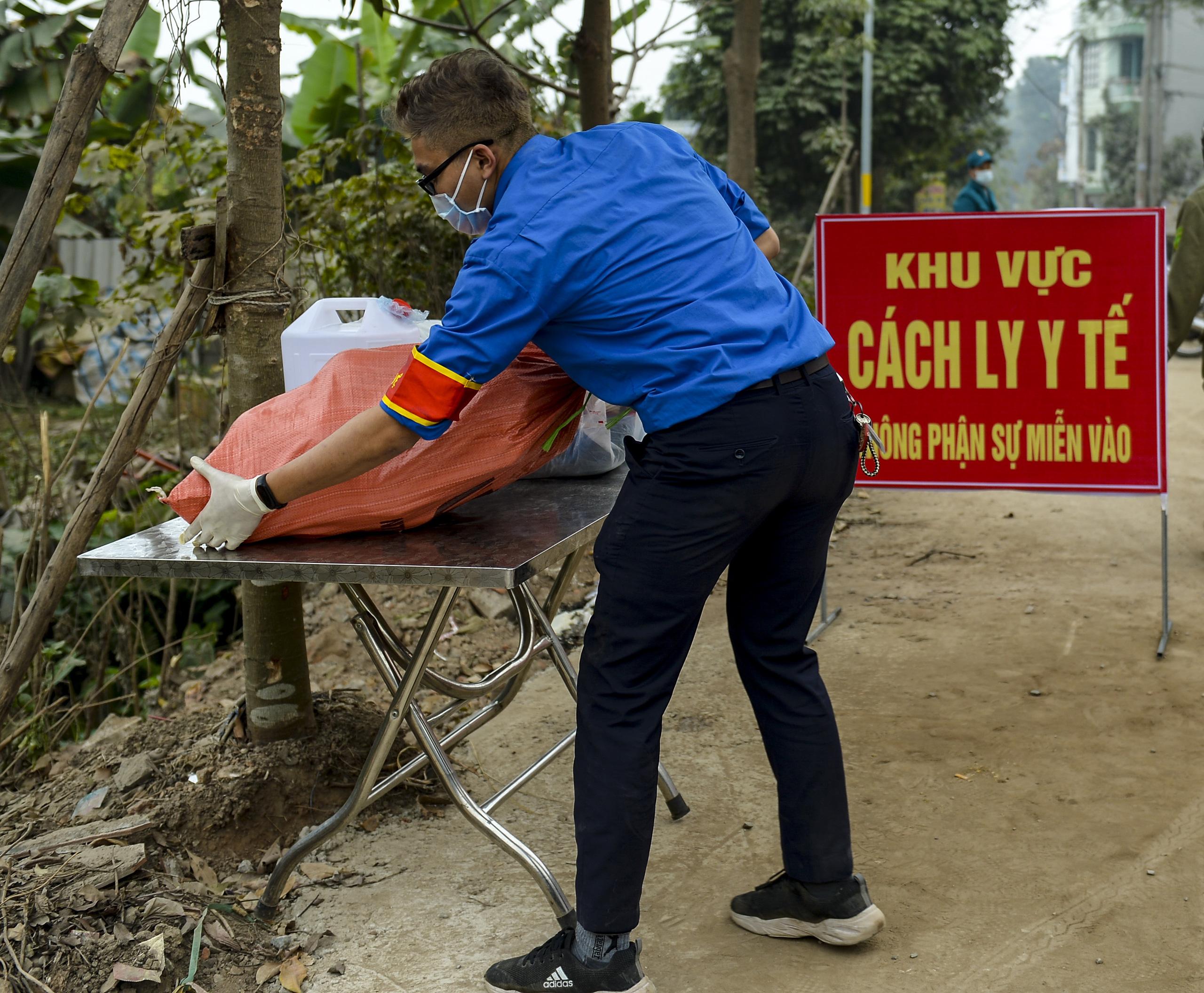 Hà Nội: Một gia đình dùng xe bán tải tiếp tế đồ cho người thân đang bị cách ly ở Đông Anh - Ảnh 12.