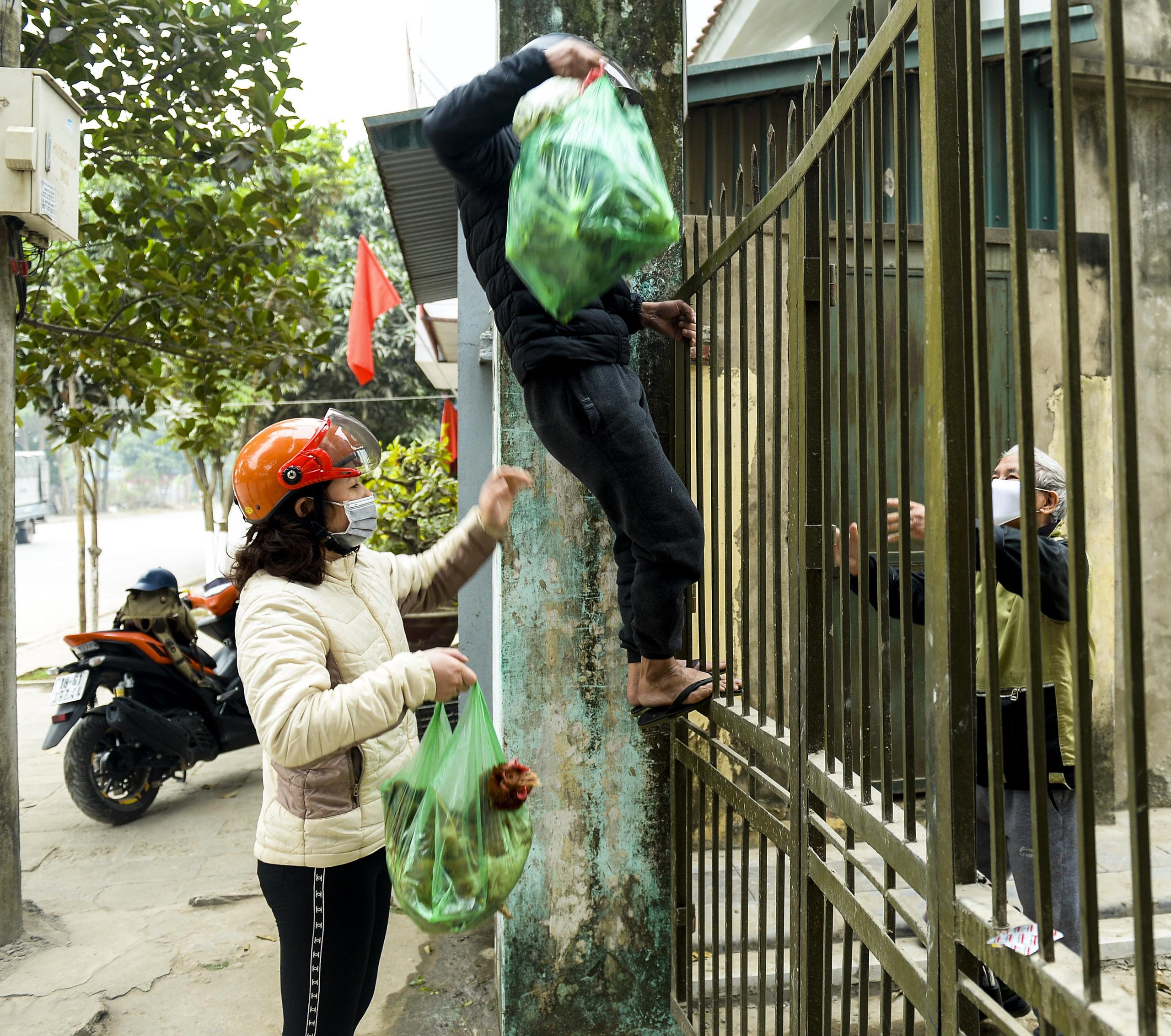 Hà Nội: Một gia đình dùng xe bán tải tiếp tế đồ cho người thân đang bị cách ly ở Đông Anh - Ảnh 7.