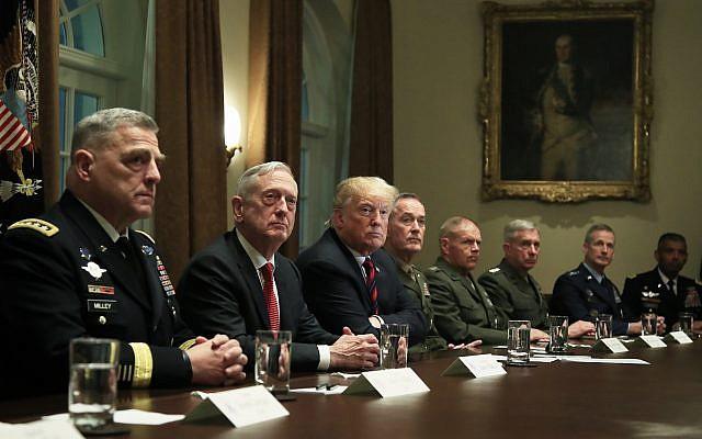 """Ông Trump cùng một lúc bị 10 cựu Bộ trưởng Quốc phòng Mỹ """"đánh hội đồng"""": Chưa từng có! - Ảnh 1."""
