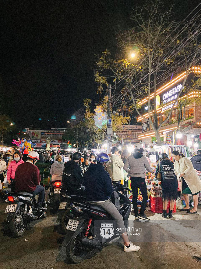 """Cảnh tượng trái ngược tại Đà Lạt trong ngày Chủ nhật đầu tiên của năm mới: Nơi đông chen không thở nổi, chỗ lại """"vắng tanh vắng lạnh"""" - Ảnh 24."""