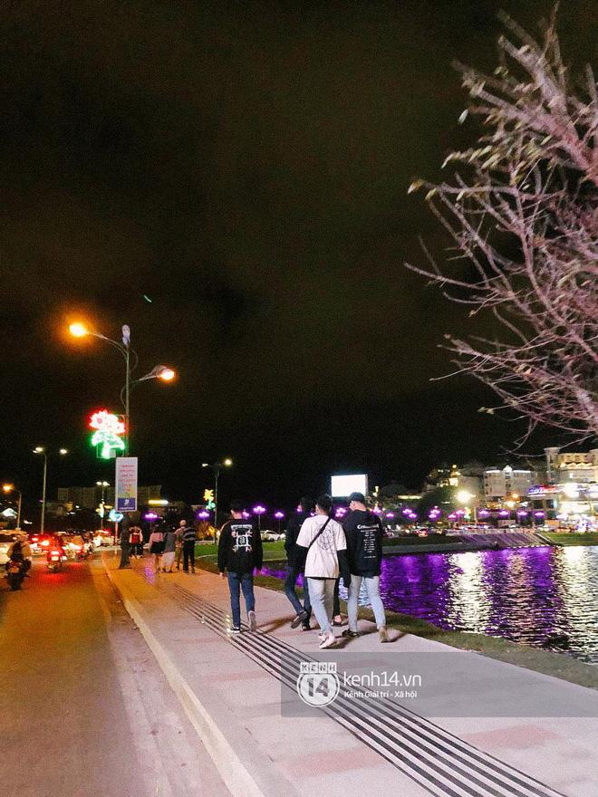 """Cảnh tượng trái ngược tại Đà Lạt trong ngày Chủ nhật đầu tiên của năm mới: Nơi đông chen không thở nổi, chỗ lại """"vắng tanh vắng lạnh"""" - Ảnh 27."""