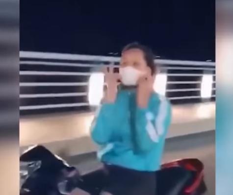 Cô gái không đội mũ bảo hiểm vừa phóng xe vun vút vừa thả tay múa quạt, tạo hình trái tim - Ảnh 3.
