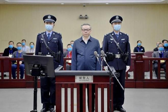 Choáng với 3 tấn tiền chất như núi trong nhà quan tham Trung Quốc - Ảnh 1.
