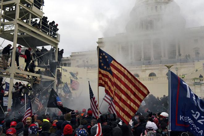 Điện Capitol rỉ máu: 220 năm không yên và lần đầu tiên bạo động hạ bệ nền dân chủ lớn nhất - Ảnh 6.