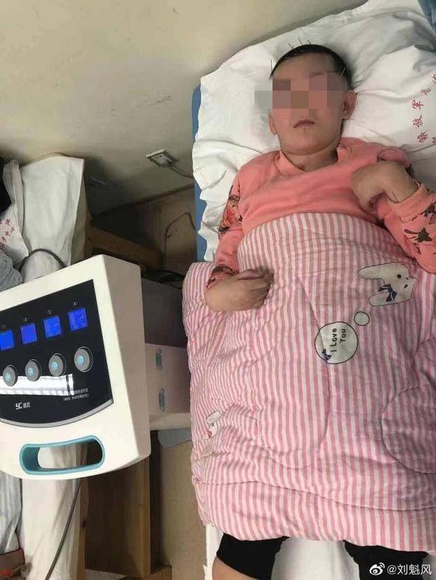 Mẹ ghẻ đánh đập con gái riêng 12 tuổi rồi thản nhiên đi du lịch cùng con ruột, 7 tháng sau tình trạng nạn nhân khiến ai cũng phẫn nộ - Ảnh 3.