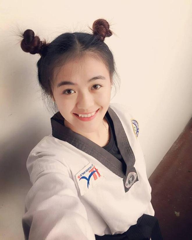 Biểu cảm đứng hình của thanh niên khi thấy hot girl đi đường quyền, đai đen Taekwondo đâu để làm cảnh - Ảnh 2.