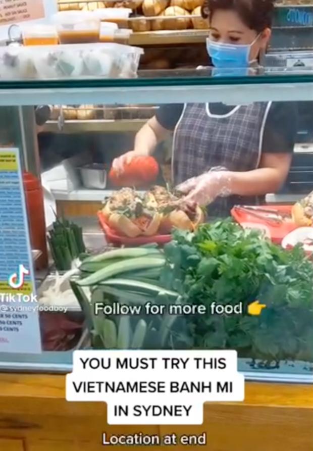 Dân mạng phát cuồng ổ bánh mì Việt Nam super size được bán ở Úc - ảnh 1
