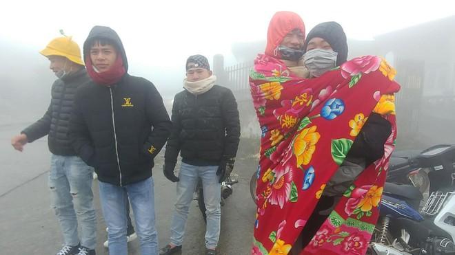 Cận cảnh băng giá phủ trắng đỉnh Mẫu Sơn, Yên Tử, Phia Oắc, du khách thích thú chụp ảnh - Ảnh 8.