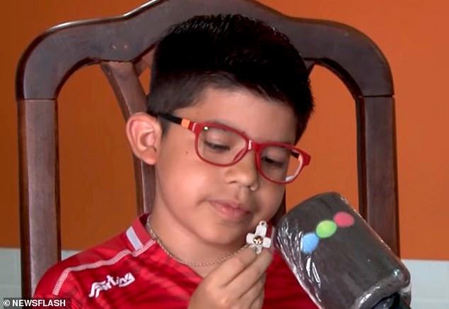 Mua sợi dây chuyền làm quà tặng sinh nhật cho con trai, bố không ngờ 1 hôm nó đã cứu mạng cậu bé - Ảnh 1.