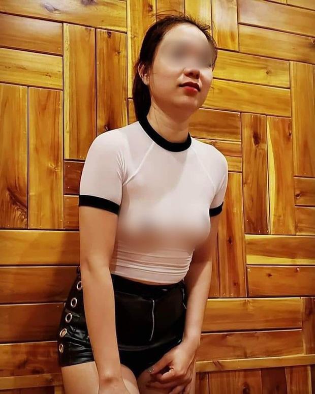 Người phụ nữ thả rông cùng gia đình đi khắp Sài Gòn tiết lộ lý do thích ăn mặc kiểu quái lạ và tất cả cá.c ảnh khoe ngực đều là do ông xã chụp! - Ảnh 6.