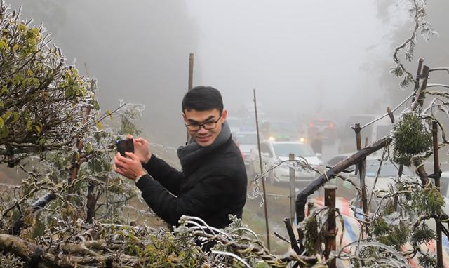 Ùn tắc đèo Ô Qúy Hồ - Sa Pa do nhiều du khách đổ lên xem băng tuyết - Ảnh 7.