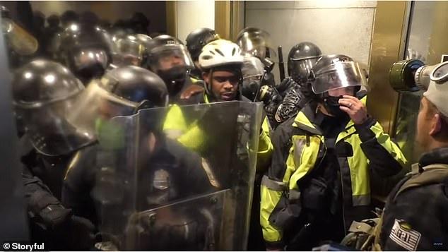 Hình ảnh sốc ở Điện Capitol: Cảnh sát bị kẹp giữa dòng người biểu tình, đau đớn gào thét cầu cứu - Ảnh 5.