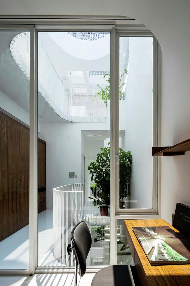 Gia đình trẻ ở Sài Gòn sống trong căn nhà 42m2 có giếng trời chữ D uốn cong cực đã, càng lên cao càng phải trầm trồ - Ảnh 11.