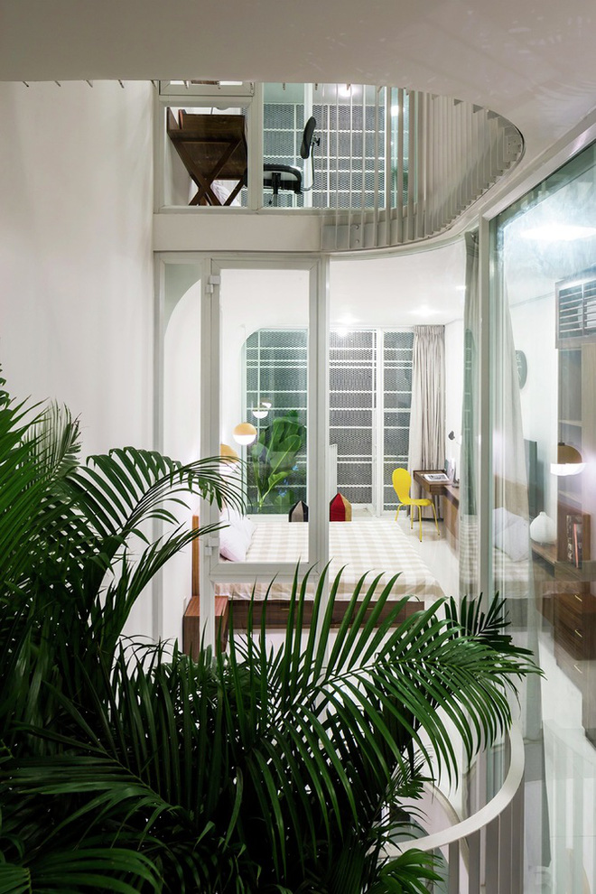 Gia đình trẻ ở Sài Gòn sống trong căn nhà 42m2 có giếng trời chữ D uốn cong cực đã, càng lên cao càng phải trầm trồ - Ảnh 12.