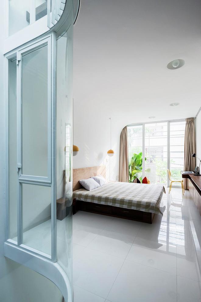 Gia đình trẻ ở Sài Gòn sống trong căn nhà 42m2 có giếng trời chữ D uốn cong cực đã, càng lên cao càng phải trầm trồ - Ảnh 13.