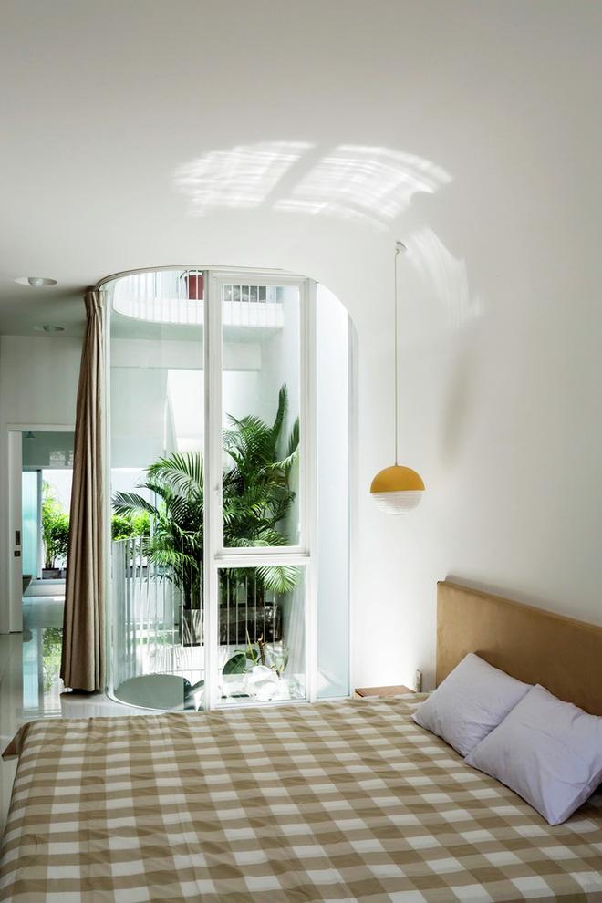 Gia đình trẻ ở Sài Gòn sống trong căn nhà 42m2 có giếng trời chữ D uốn cong cực đã, càng lên cao càng phải trầm trồ - Ảnh 14.