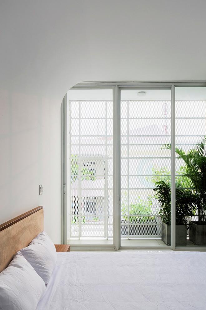 Gia đình trẻ ở Sài Gòn sống trong căn nhà 42m2 có giếng trời chữ D uốn cong cực đã, càng lên cao càng phải trầm trồ - Ảnh 15.