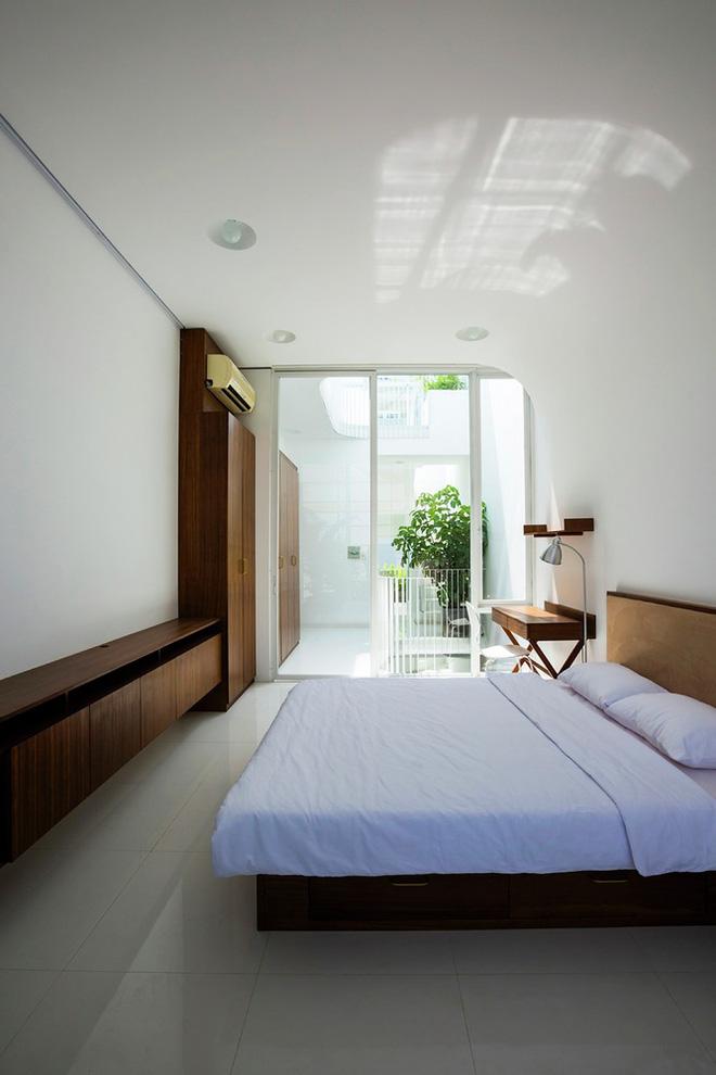 Gia đình trẻ ở Sài Gòn sống trong căn nhà 42m2 có giếng trời chữ D uốn cong cực đã, càng lên cao càng phải trầm trồ - Ảnh 16.