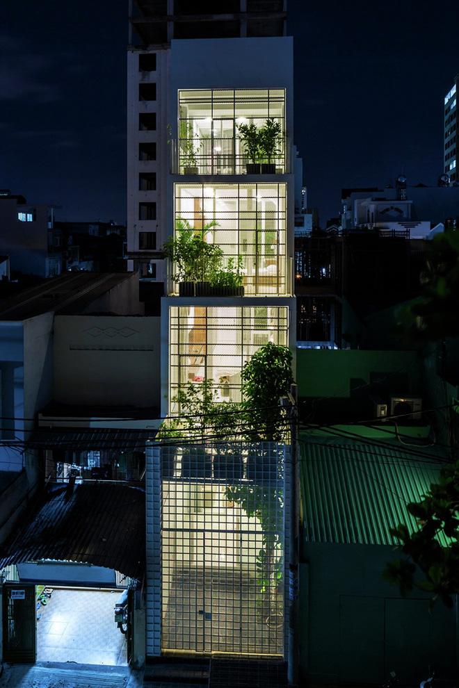 Gia đình trẻ ở Sài Gòn sống trong căn nhà 42m2 có giếng trời chữ D uốn cong cực đã, càng lên cao càng phải trầm trồ - Ảnh 17.