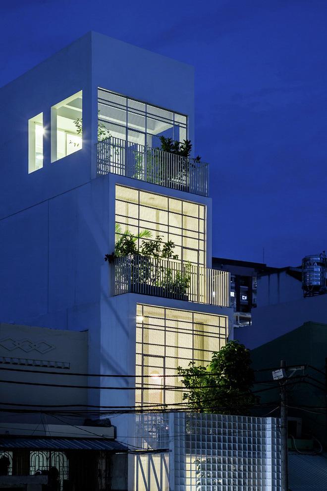 Gia đình trẻ ở Sài Gòn sống trong căn nhà 42m2 có giếng trời chữ D uốn cong cực đã, càng lên cao càng phải trầm trồ - Ảnh 18.