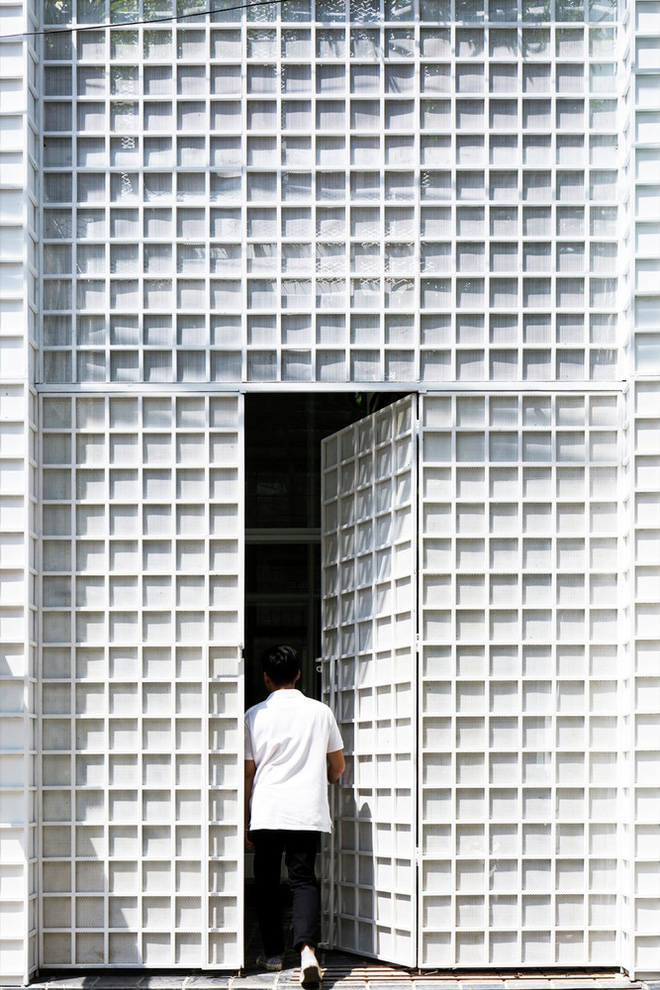 Gia đình trẻ ở Sài Gòn sống trong căn nhà 42m2 có giếng trời chữ D uốn cong cực đã, càng lên cao càng phải trầm trồ - Ảnh 9.