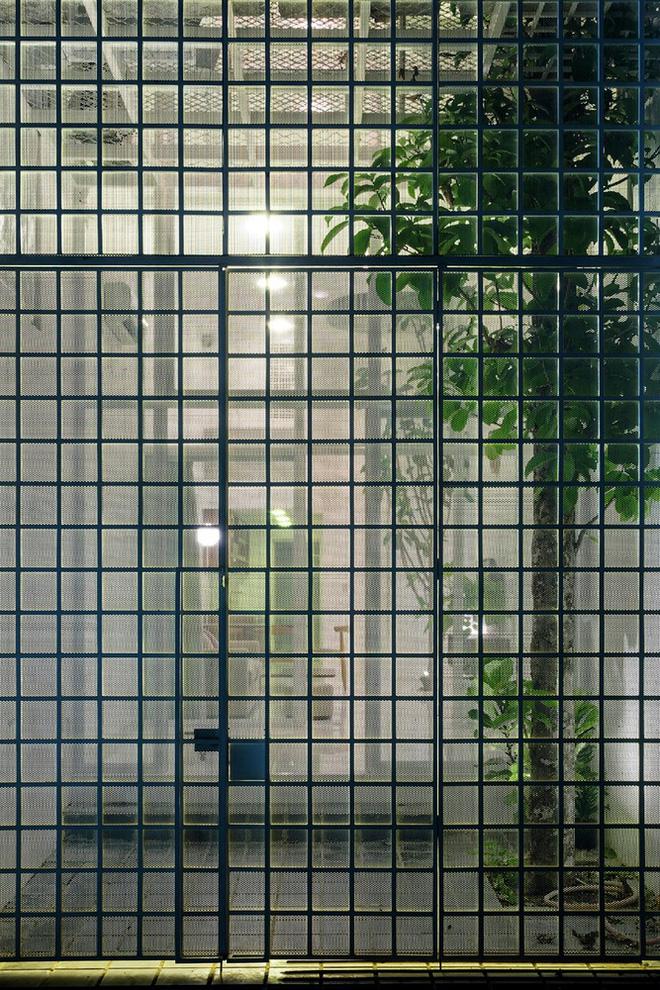 Gia đình trẻ ở Sài Gòn sống trong căn nhà 42m2 có giếng trời chữ D uốn cong cực đã, càng lên cao càng phải trầm trồ - Ảnh 10.