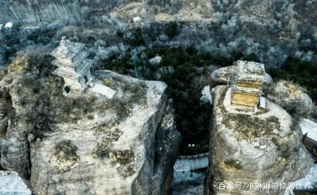 Tháp đôi trăm tuổi sừng sững trên cột đá 40m, du khách nào đến cũng cùng câu hỏi: Không đường lên thì xây kiểu gì? - Ảnh 3.