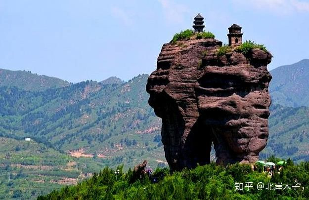 Tháp đôi trăm tuổi sừng sững trên cột đá 40m, du khách nào đến cũng cùng câu hỏi: Không đường lên thì xây kiểu gì? - Ảnh 2.